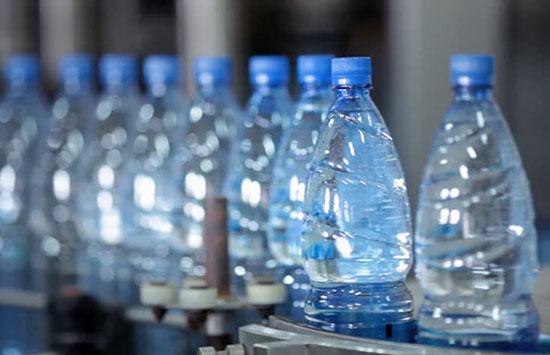 Hãy bỏ chai nước nhựa ngay khi dùng xong Ảnh: Shutterstock