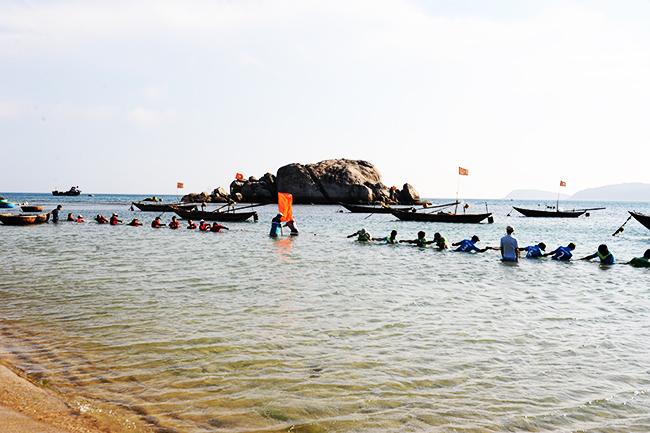 Kéo co dưới biển, dành cho người dân và du khách tham gia. Ảnh: MINH HẢI