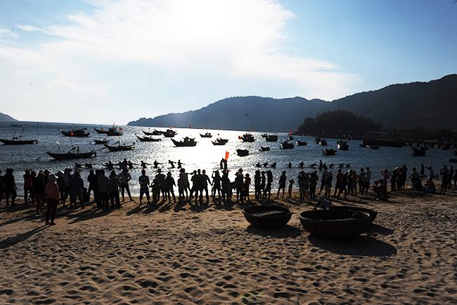 Kéo co dưới biển thu hút người dân và du khách tham gia cổ vũ. Ảnh: MINH HẢI