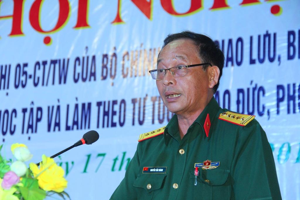 Đại tá Nguyễn Tấn Thành - Phó Bí thư Thường trực Đảng ủy Quân sự, Chính ủy Bộ CHQS tỉnh phát biểu tại hội nghị. Ảnh: A.N