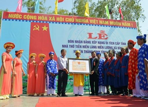Đón nhận Bẵng xếp hạng di tích lịch sử văn hóa cấp tỉnh Nhà thờ Tiền hiền làng Hiền Lương