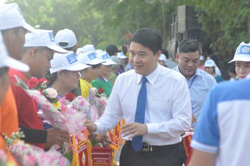 Phó Chủ tịch UBND tỉnh Trần Văn Tân tặng cờ và hoa động viên các thuyền đua trước giờ thi đấu. Ảnh: T.V