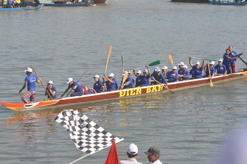 Niềm vui của các động viên thuyền nữ Điện Bàn khi cán đích đầu tiên. Ảnh: T.V