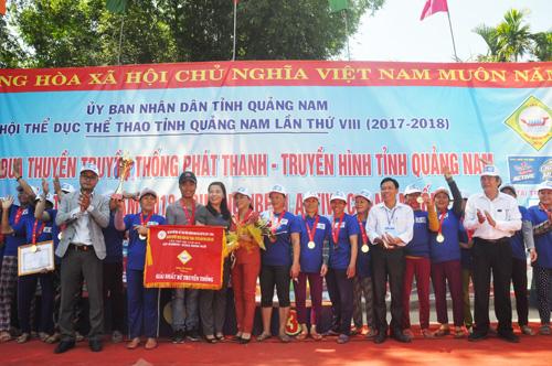 Trao cúp vô địch cho thuyền nữ Điện Bàn. Ảnh: T.V