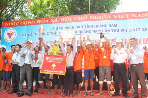 Trao cúp vô địch cho thuyền nam Núi Thành. Ảnh: T.V