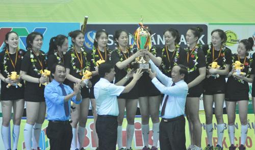 Chủ tịch UBND tỉnh Đinh Văn Thu trao cúp vô địch cho đội Giang Tô. Ảnh: T.V