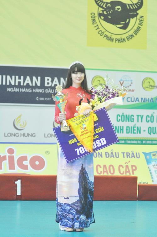 Sabina Altynbekova (Kazakhstan) nhận giải hoa khôi của giải. Ảnh: T.V