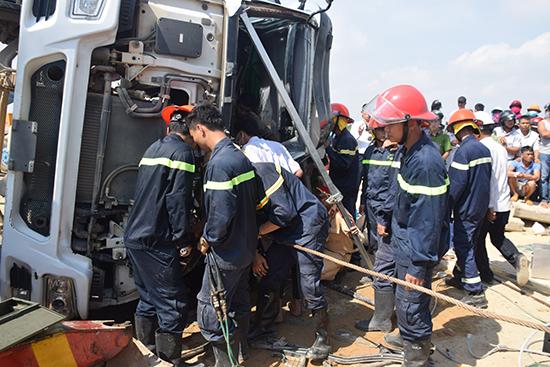 Lực lượng cứu hộ dùng kèm cắt bỏ nhiền phần của cabin để đưa 2 người ra ngoài. Ảnh: T.T