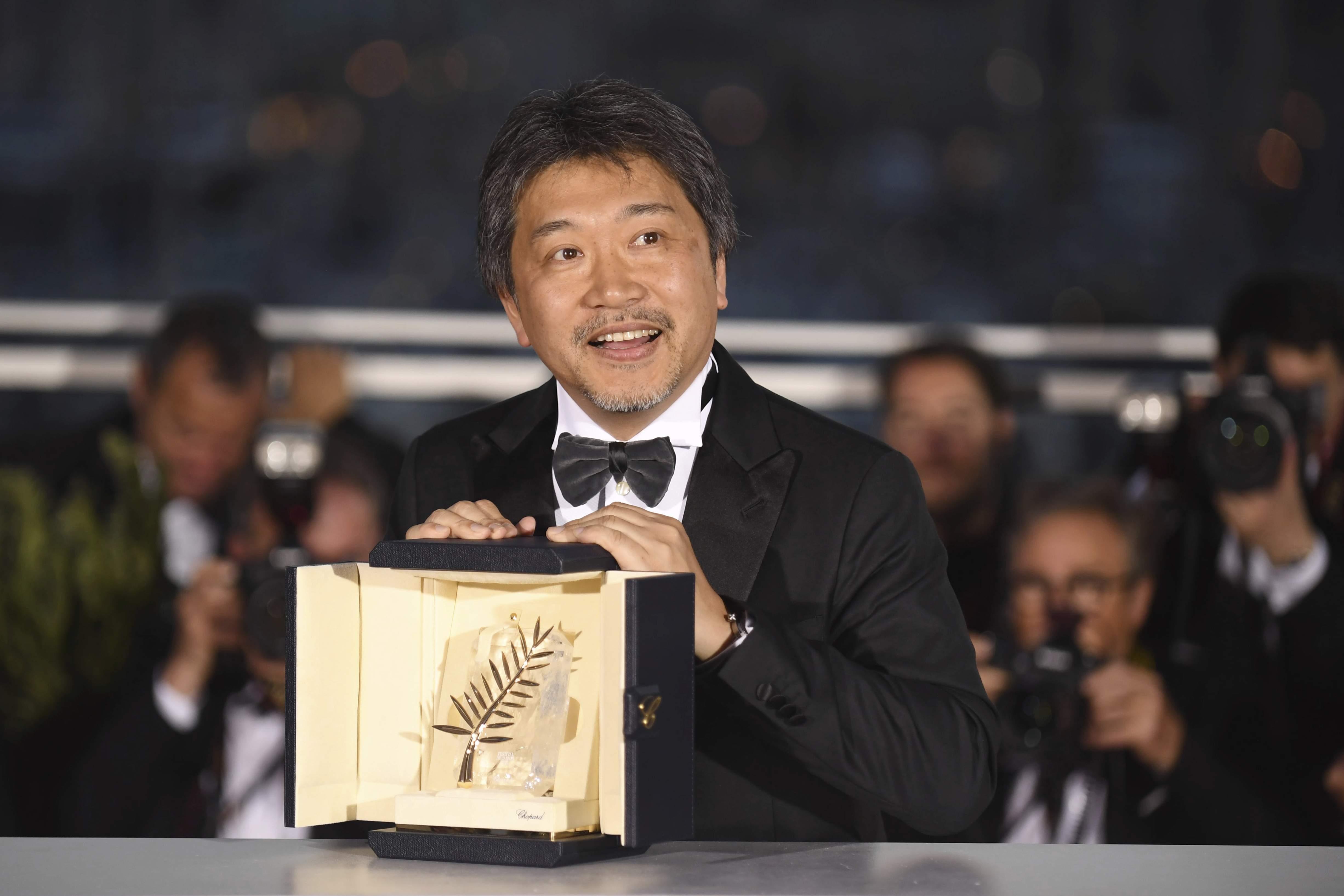 Sau hơn 2 thập niên, phim Nhật Bản lại giành giải thưởng cao nhất- giải Cành cọ vàng với bộ phim Shoplifters (Những kẻ trộm vặt) của đạo diễn Kore Eda. Bộ phim kể về một gia đình nghèo khổ nhưng chứa chan tình người, làm lay động cảm xúc của người xem. Trong ảnh: đạo diễn Kore Eda phát biểu tại đêm trao giải.