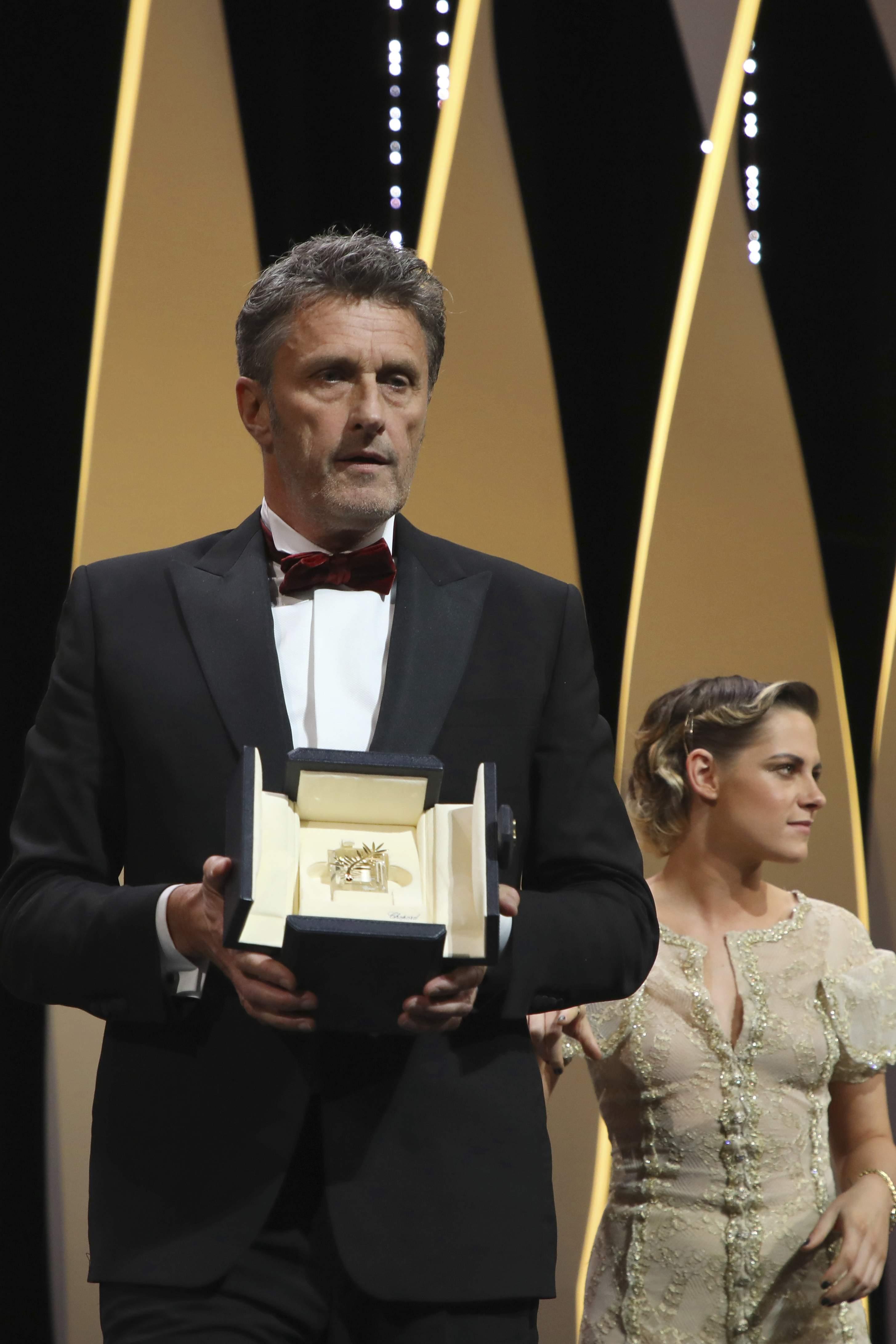 Giải thưởng đạo diễn xuất sắc nhất về tay Pawel Pawlikowski (Ba Lan) với bộ phimCold War (tạm dịch: Điệp vụ đối đầu), nói về những vết thương hậu chiến tranh thế giới lần thứ hai.