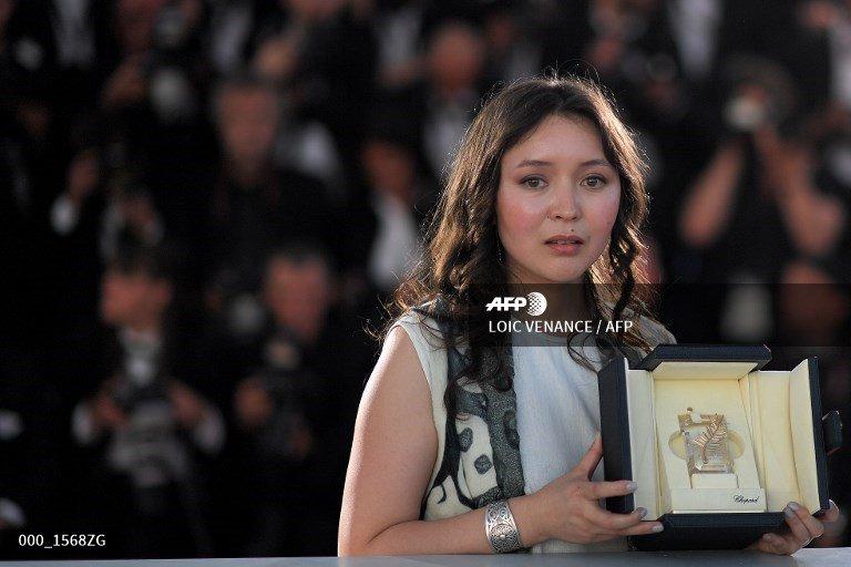 Nữ diễn viên Samal Yeslyamova (Kazakhstan) nhận giải Nữ chính xuất sắc nhất khi tham gia bộ phim Ayka.
