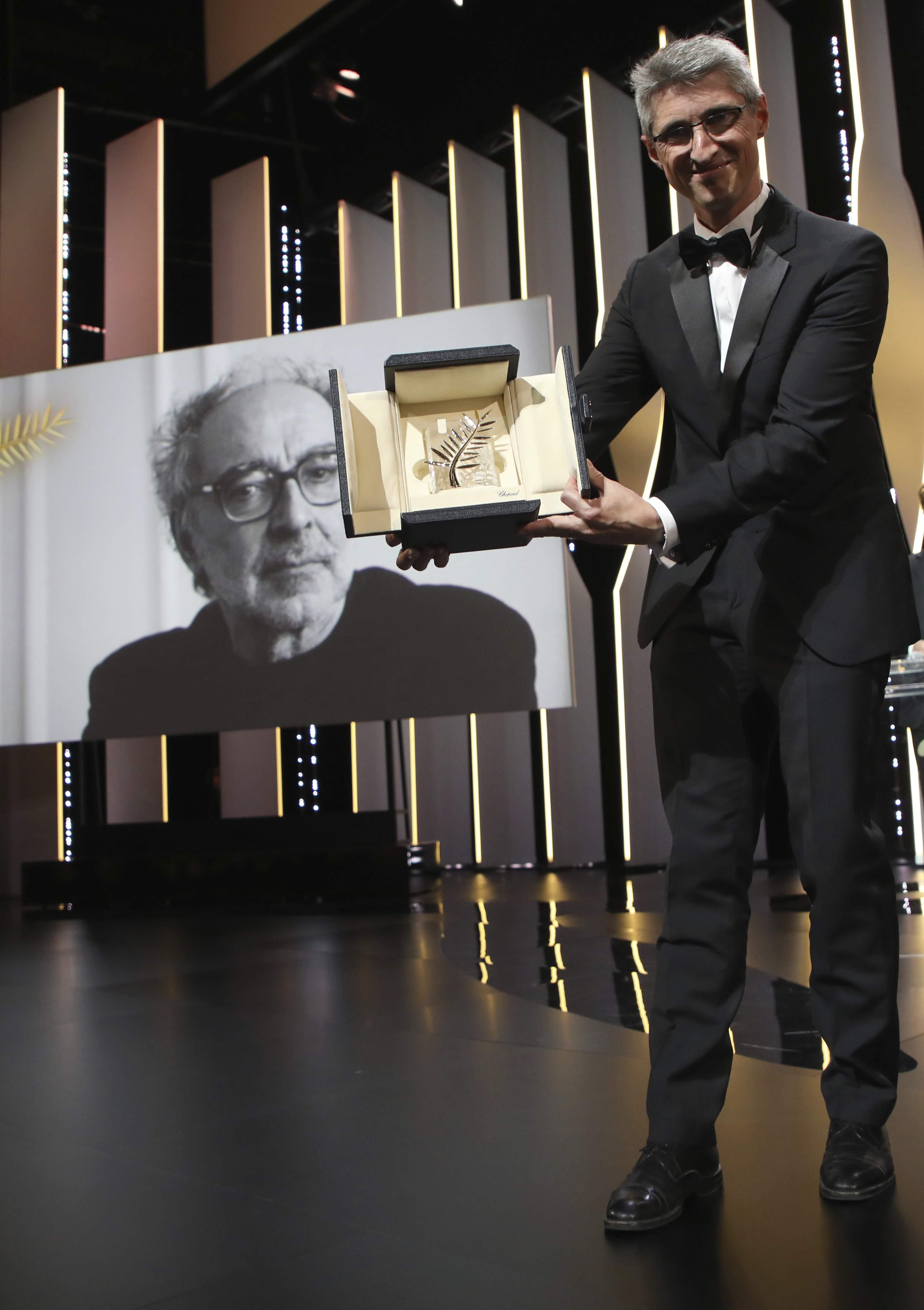 Giải Cành cọ vàng đặc Biệt): Đạo diễn Jean-Luc Godard (Pháp) với phim The Image Book (Cuốn sách hình họa). Trong ảnh: nhà quay phim Fabrice Aragno (phải) nhận thay giải thưởng.
