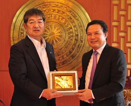 Vice Chairman Thanh (right) and President Kyoei Yanagisawa.