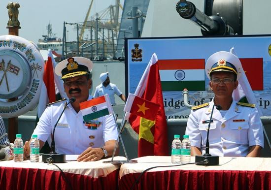 Chuẩn Đô đốc Dinesh Kumar Tripathi (trái), Tư lệnh Hạm đội miền Đông