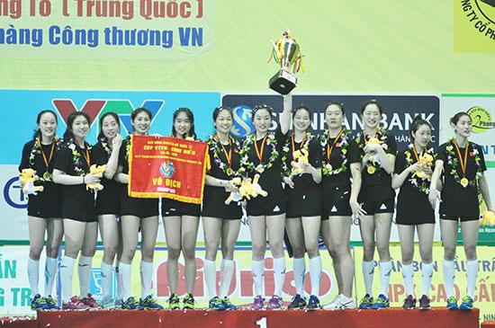 Niềm vui giành cúp vô địch của các cô gái đội Giang Tô. Ảnh: T.V