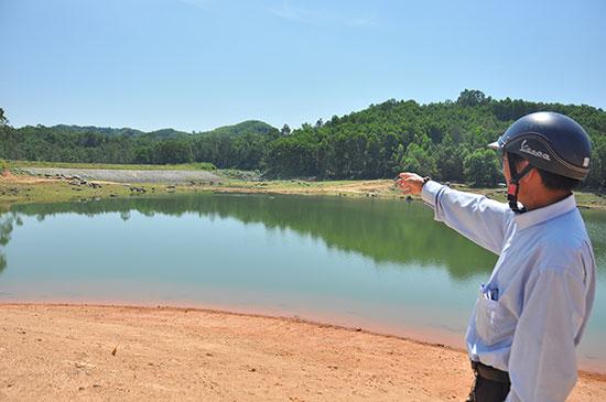 Lượng nước trong hồ Hố Lau hiện không đảm bảo phục vụ nước tưới cho hàng chục héc ta vụ hè thu 2018. Ảnh: VINH ANH