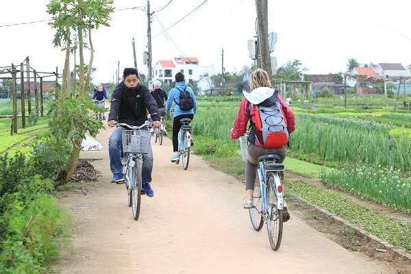 Cycling to Tra Que vegetable village, Hoi An city