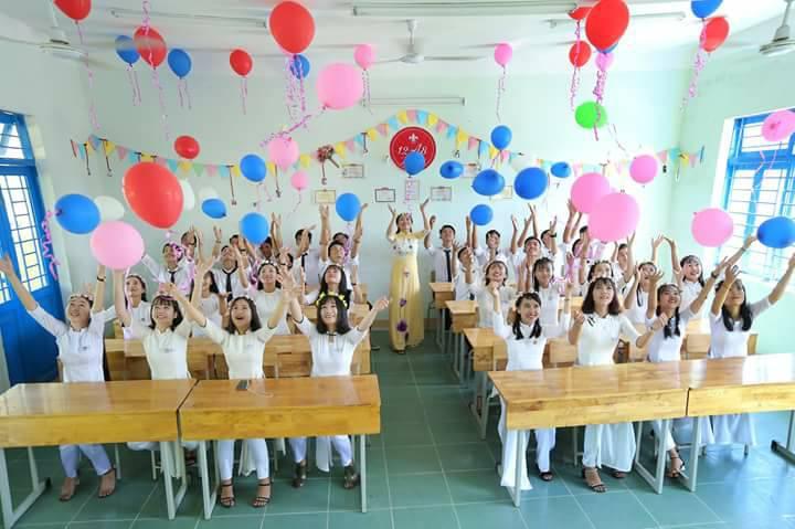 Học sinh chụp ảnh kỷ yếu trong phòng học ghi lại kỷ niệm đẹp của tuổi học trò. Ảnh: T.P