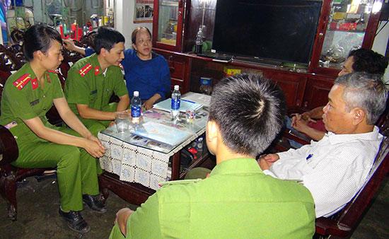 Phòng Cảnh sát Môi trường - Công an tỉnh kiểm tra hành chính tại nhà bà Phạm Thị Thuận. Ảnh: V.N