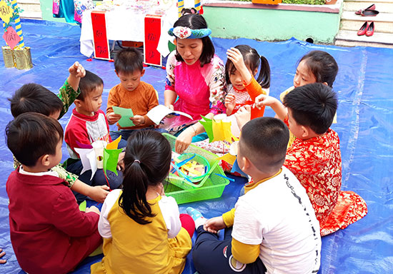 Phụ huynh quan tâm đến việc các hoạt động học tập, vui chơi của con em mình ở trường. Ảnh: C.N