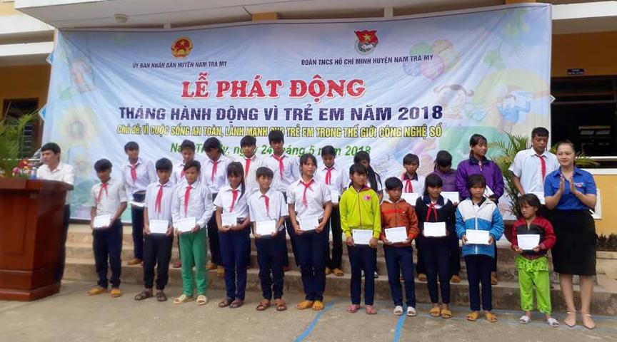 Trao 100 suất học bổng cho 100 học sinh nghèo, học sinh khuyết tật vượt khó vươn lên trong học tập tại xã Trà Nam. Ảnh: TRANH NGUYỄN