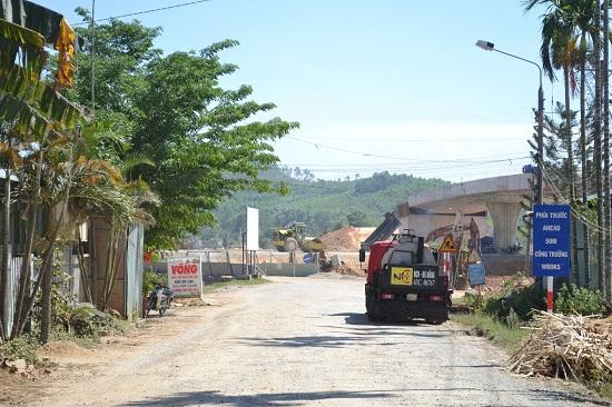 Đường ngang cầu FO06A phía mố A1, đoạn qua xã Tam Thái (Phú Ninh) còn ách tắc mặt bằng. Ảnh: CT