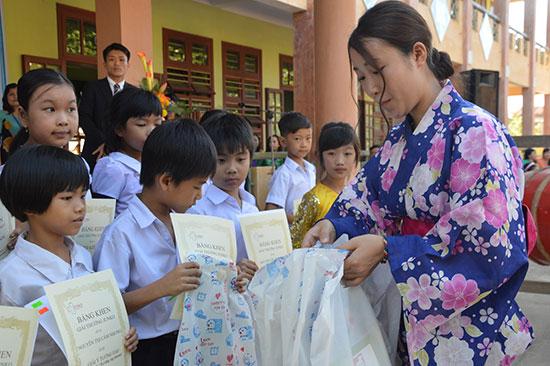 Hằng năm, Hiệp hội Junko Nhật Bản về trao học bổng cho học sinh trường Tiểu học Junko. Ảnh: Trường TH Junko