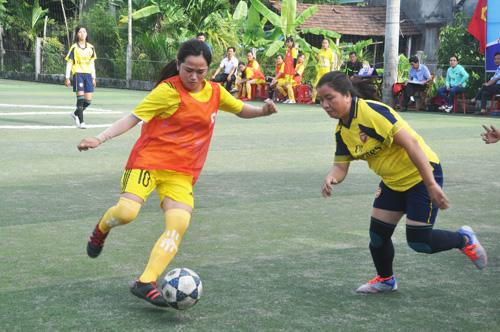 Các cầu thủ bóng đá nữ thi đấu khá kỹ thuật và quyết tâm, nhận được nhiều sự cổ vũ của khán giả. Ảnh: T.V