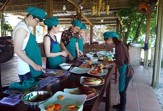 Dạy nấu ăn tại làng rau Trà Quế - một trong các hoạt động thu hút du khách.