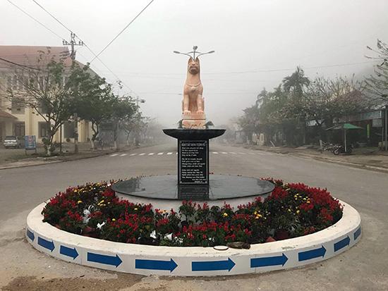 Tượng chó cùng bài thơ ở trung tâm huyện tây Giang.
