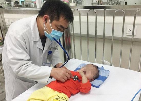 Bác sĩ thăm khám cho bệnh nhi tại BV Nhi Trung ương.