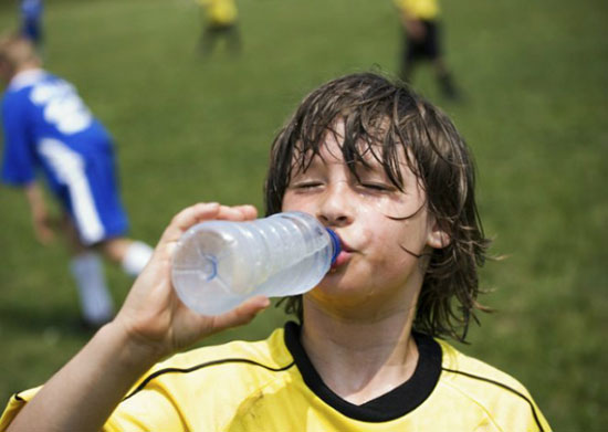 Không để trẻ chơi đùa quá lâu ngoài trời nắng hoặc trong môi trường nóng bức.