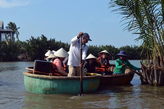 Hoạt động du lịch cũng mang đến nhiều tác động tiêu cực cho khu rừng dừa