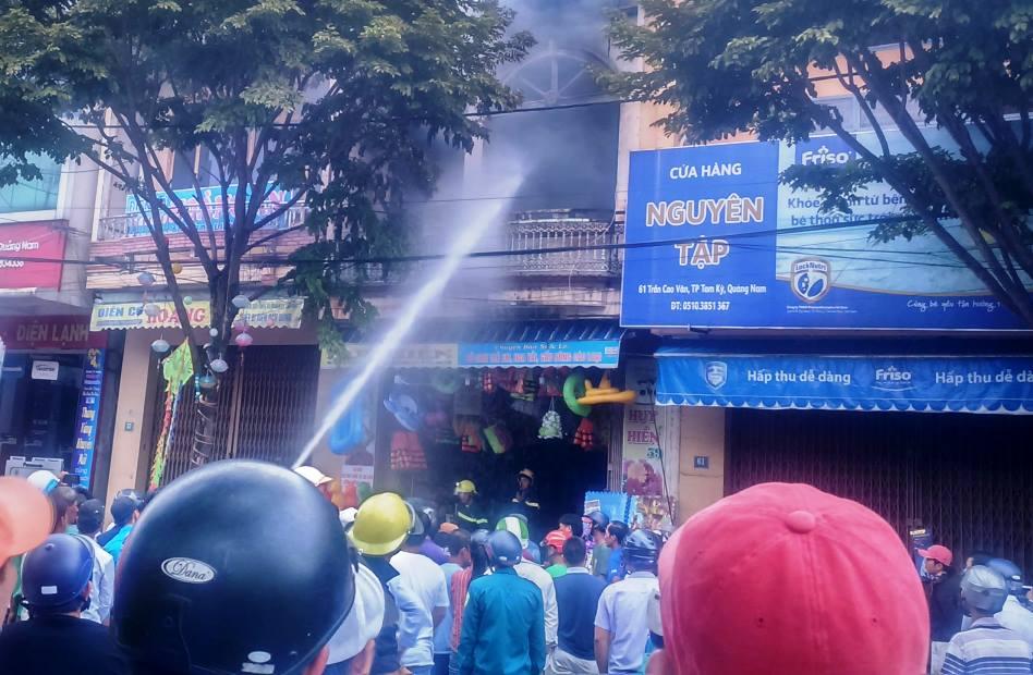 Vụ cháy xảy ra ở tầng 2 một cửa hàng đồ chơi trẻ em. Ảnh:T.C