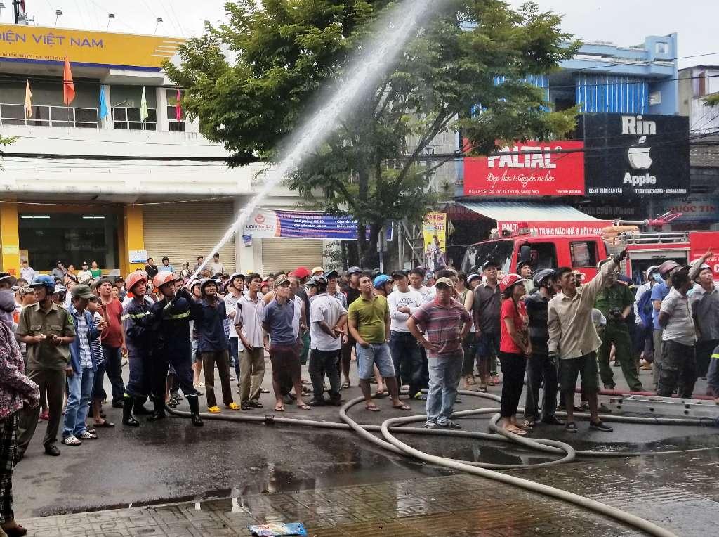Khá đông người dân hiếu kỳ kéo đến gần hiện trường vụ cháy. Ảnh: T.C