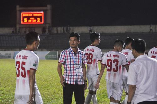 Nỗi buồn của HLV Nguyễn Văn Sỹ và các cầu thủ Nam Định sau trận đấu. Ảnh: A.S