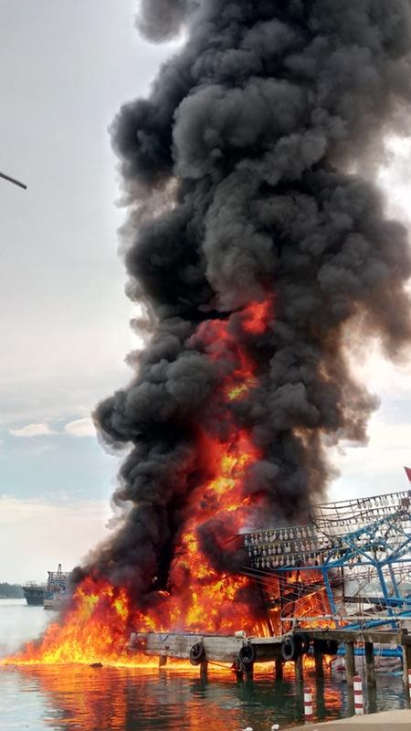 Do dầu diezel từ khoang máy chảy lan ra khiến ngọn lửa bốc lên dữ dội tạo cột lửa cao hơn 10 mét. Ảnh: ĐOÀN ĐẠO