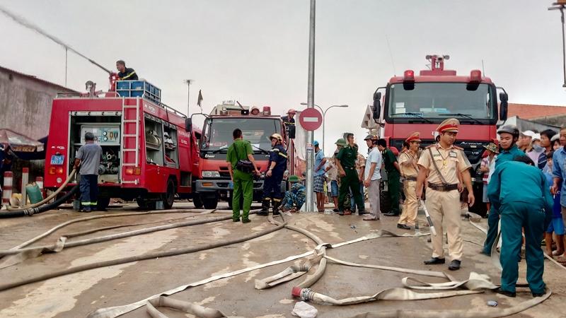 Lực lượng cảnh sát phòng cháy chữa cháy cùng 5 xe chữa cháy chuyên dụng và các lực lượng khác thực hiện chữa cháy lúc 7 giờ 30 phút. Ảnh: ĐOÀN ĐẠO