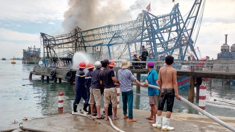 Sau hơn 1 tiếng thực hiện công tác chữa cháy, ngọn lửa đã được khống chế nhưng tàu NA 99389TS đã bị thiêu rụi hoàn toàn. Ảnh: ĐOÀN ĐẠO
