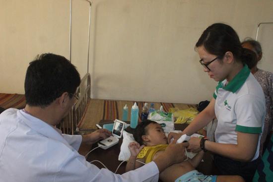 Khám tầm soát bệnh tim cho trẻ em xã Tân Hiệp. Ảnh: D.L
