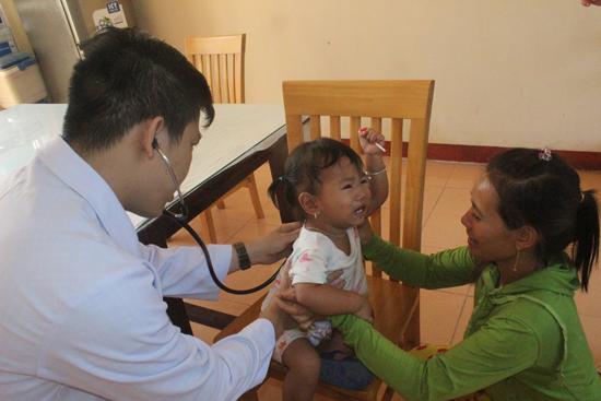 Trẻ em được khám bệnh miễn phí. Ảnh: D.L
