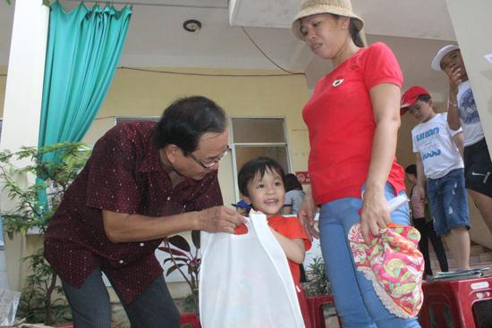 Trao quà cho trẻ em nhân Quốc tế Thiếu nhi. Ảnh: D.L