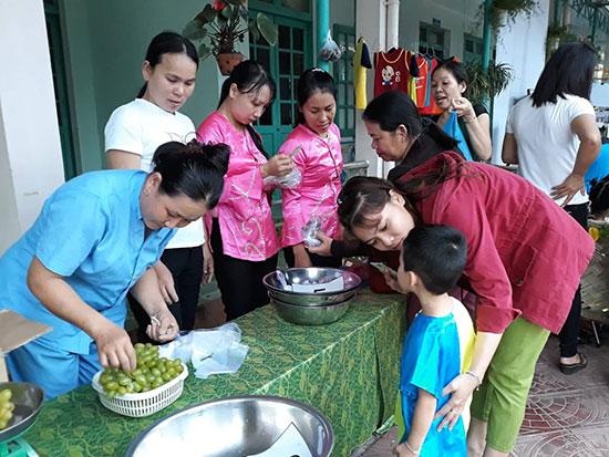 Phụ huynh Trường mẫu giáo Tam Ngọc tham gia hội xuân trong trường học cùng nhà trường. Ảnh: C.N