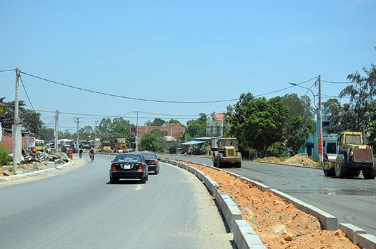 Tuyến tỉnh lộ ĐT608 Quảng Nam mở rộng đang trong giai đoạn khớp nối với tuyến đường Trần Đại Nghĩa - Đà Nẵng.  Ảnh: THANH BÌNH
