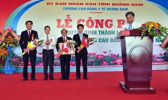 Đồng chí Lê Văn Thanh, Tỉnh ủy viên, Phó Chủ tịch Ủy ban nhân dân tỉnh Quảng Nam trao quyết định thành lập Bệnh viện Đa khoa Trường Cao đẳng Y tế Quảng Nam