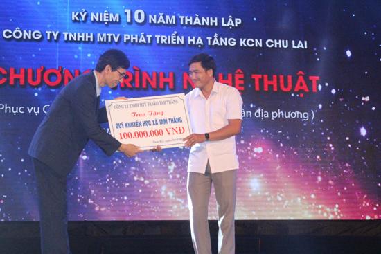 Ông Han Chul Joon - Tổng Giám đốc Công ty TNHH MTV PANKO trao 100 triệu đồng hỗ trợ Quỹ học bổng xã Tam Thăng. ảnh: D.L