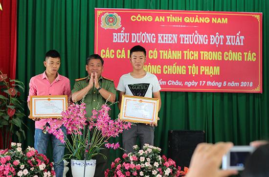 Công an tỉnh khen thưởng cho hai thanh niên Lê Hồng Phong và Đoàn Ngọc Dương. Ảnh: P.N