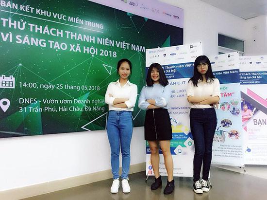 Thu Phương (giữa) và hai thành viên khác trong nhóm dự án C-IT tại cuộc thi VYSI Challenge 2018 khu vực miền Trung.