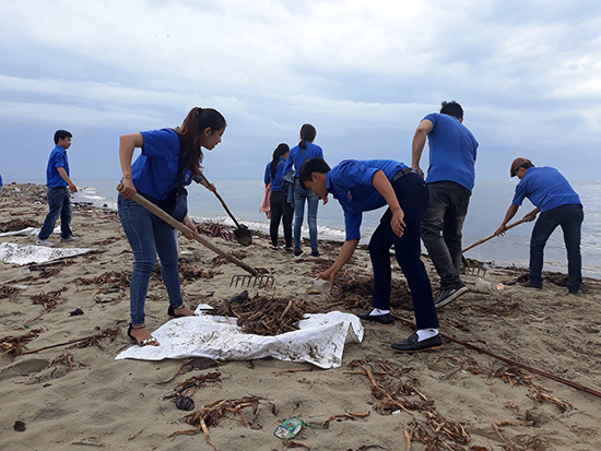 Ra quân dọn vệ sinh bãi biển.