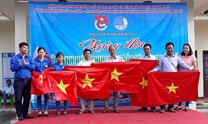 Tuổi trẻ thành phố trao cờ Tổ quốc cho ngư dân.